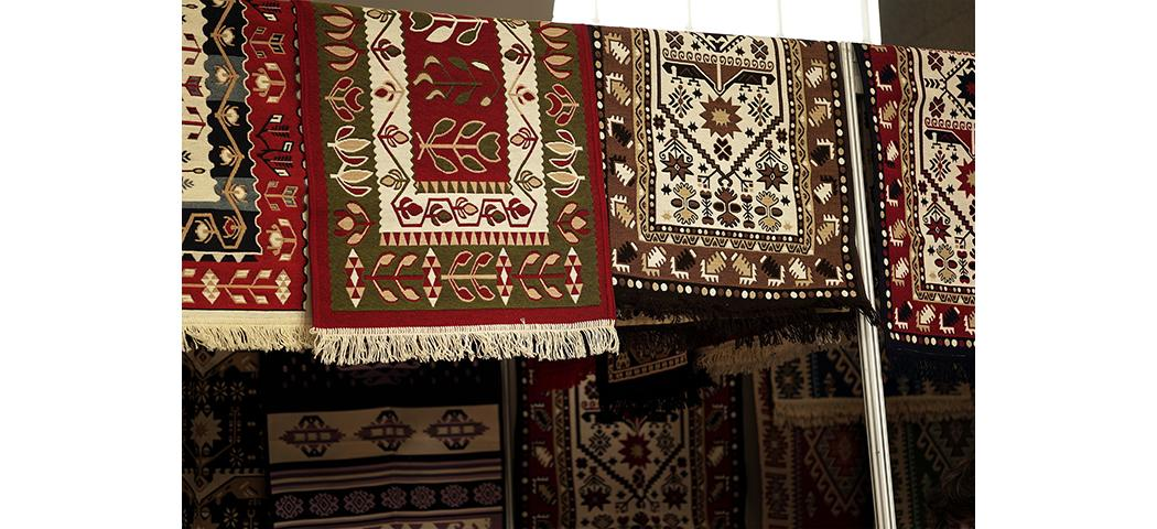 Jak prawidłowo wytrzepać dywan? 7 królestw dywanów