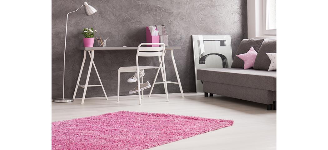Jaki dywan do szarej kanapy?